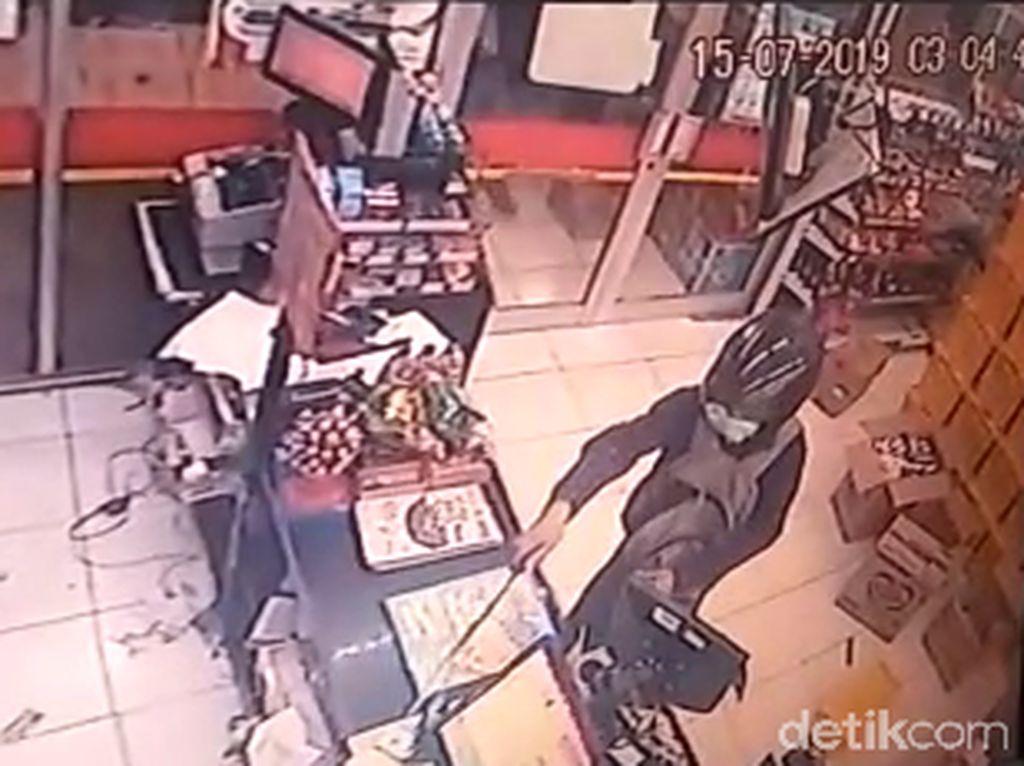 Perampok Satroni Minimarket di Surabaya, Todong Kasir dengan Golok