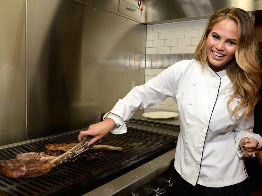 Duh, Netizen Protes Chrissy Teigen Disebut Chef dalam Unggahan Ini!