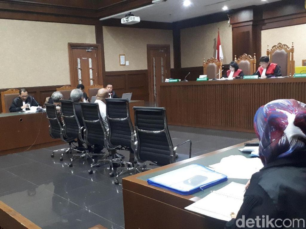 Akui Catut Nama Eks Direktur KS demi Duit, Saksi Ini Nangis di Sidang