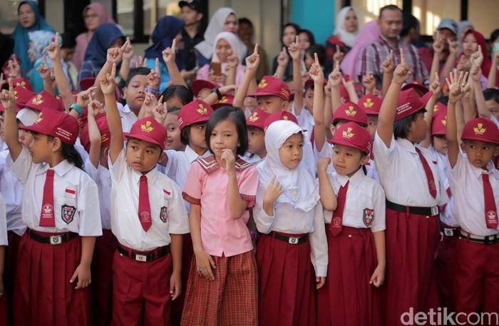 Di hari pertama masuk sekolah anak-anak di SDN Pisangan 02, Ciputat, ramai-ramai datangi sekolah bersama orang tua. Seperti apa suasana di sana? Yuk, lihat.