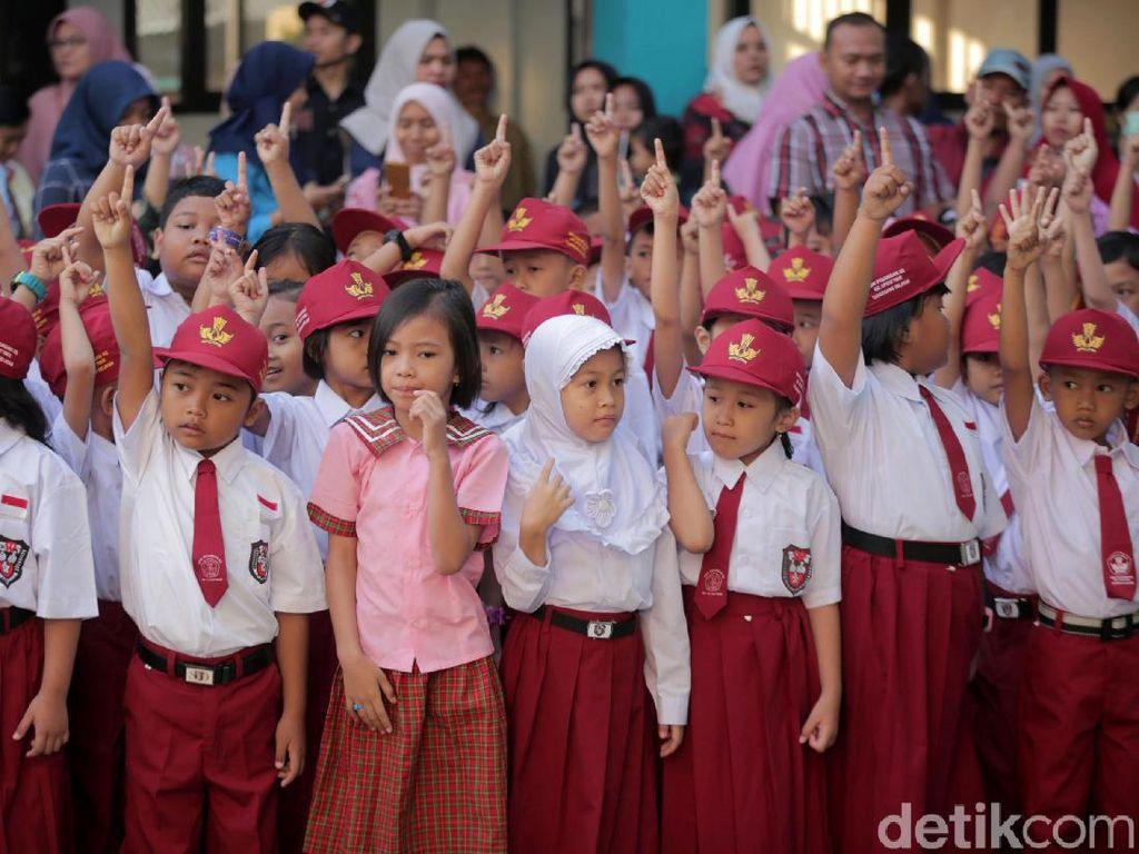Semangat Siswa SD Berseragam Merah Putih