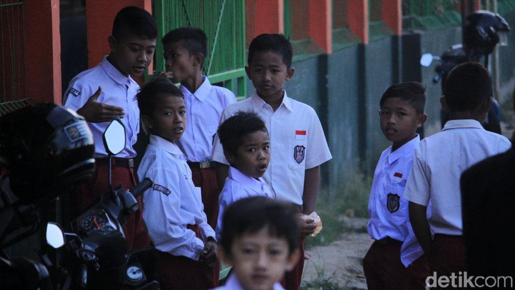 Antusiasme Siswa SD di Hari Pertama Masuk Sekolah