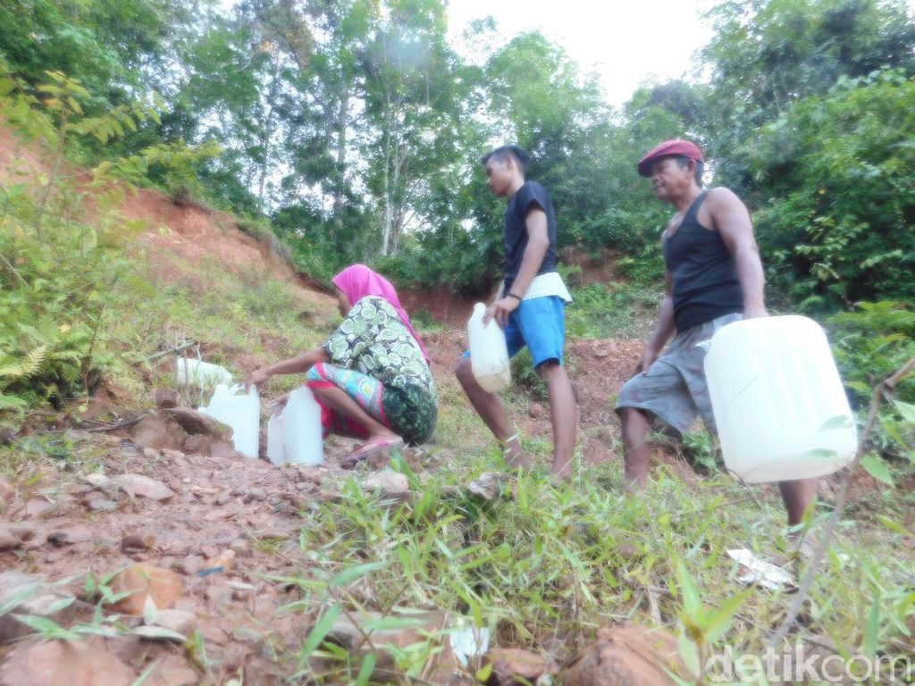 Kesulitan Air Bersih, Warga Jambi Ambil Air di Perbukitan