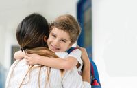 Beri pelukan di hari pertama sekolah anak.