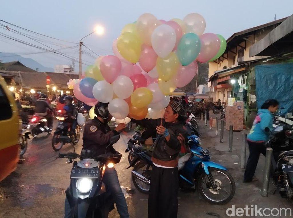 Hari Pertama Sekolah, Ortu Siswa di Bandung Berburu Balon