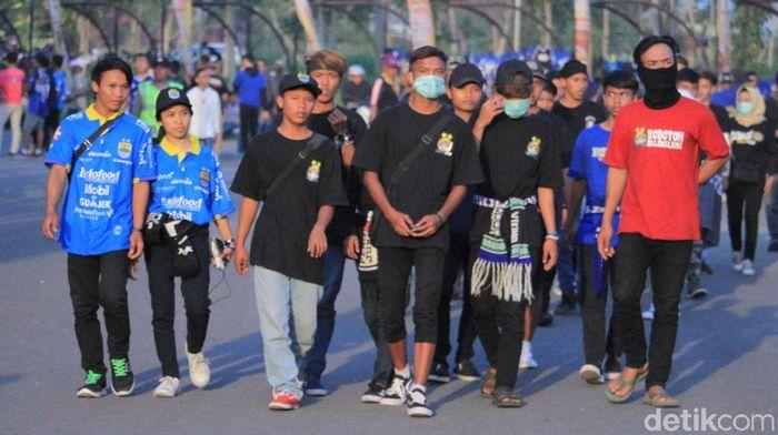 Bobotoh membirukan Stadion Si Jalak Harupat menjelang persib Bandung vs Kalteng Putra. (Wisma Putra/detikSport)