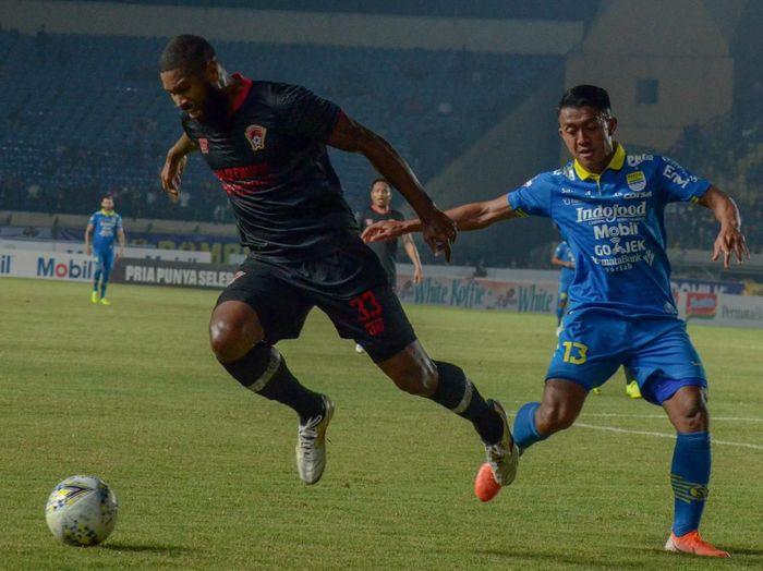 Febri Hariyadi (kanan) bikin dua gol saat Persib mengalahkan Kalteng Putra 2-0. (Foto: Raisan Al Farisi/ANTARA FOTO)