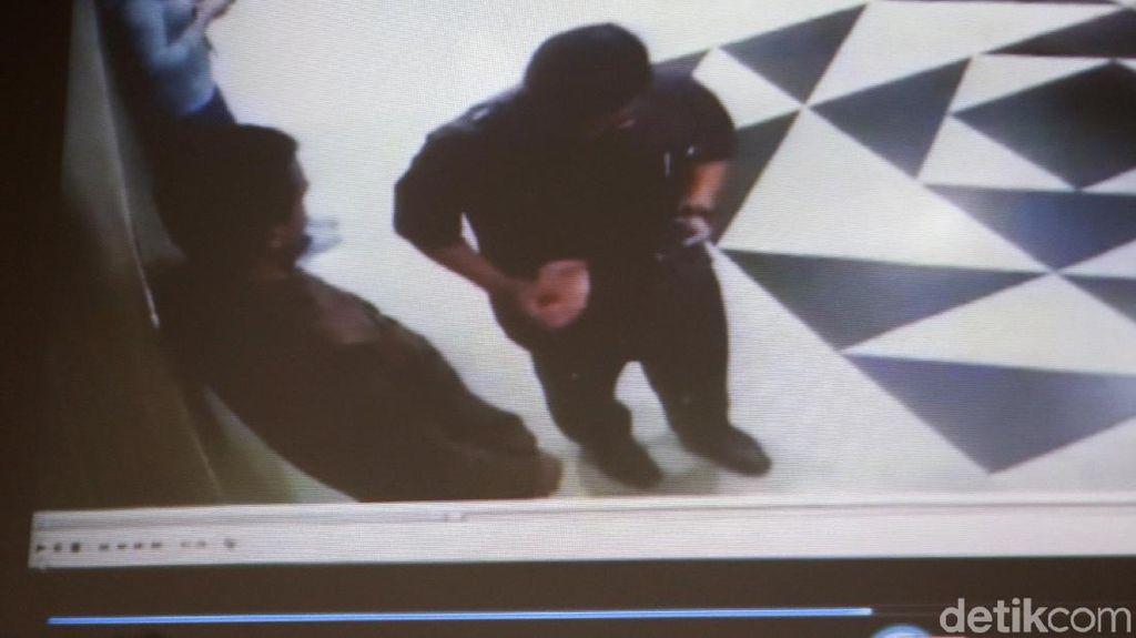 Ini Bukti CCTV Pengawal KPK Terima Uang dari Idrus Marham