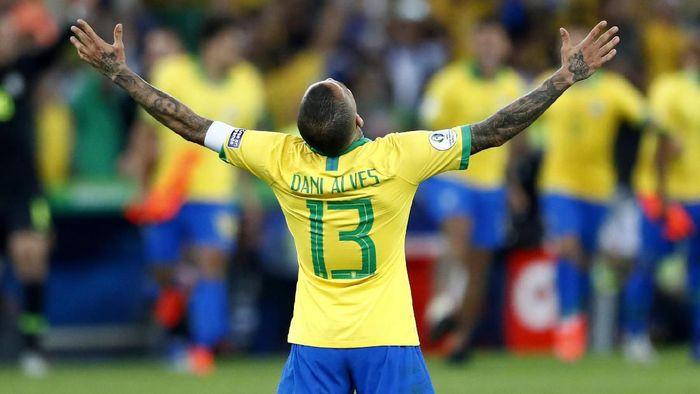 Dani Alves masih mencari klub baru usai meninggalkan PSG. (Foto: Lucas Uebel / Getty Images)