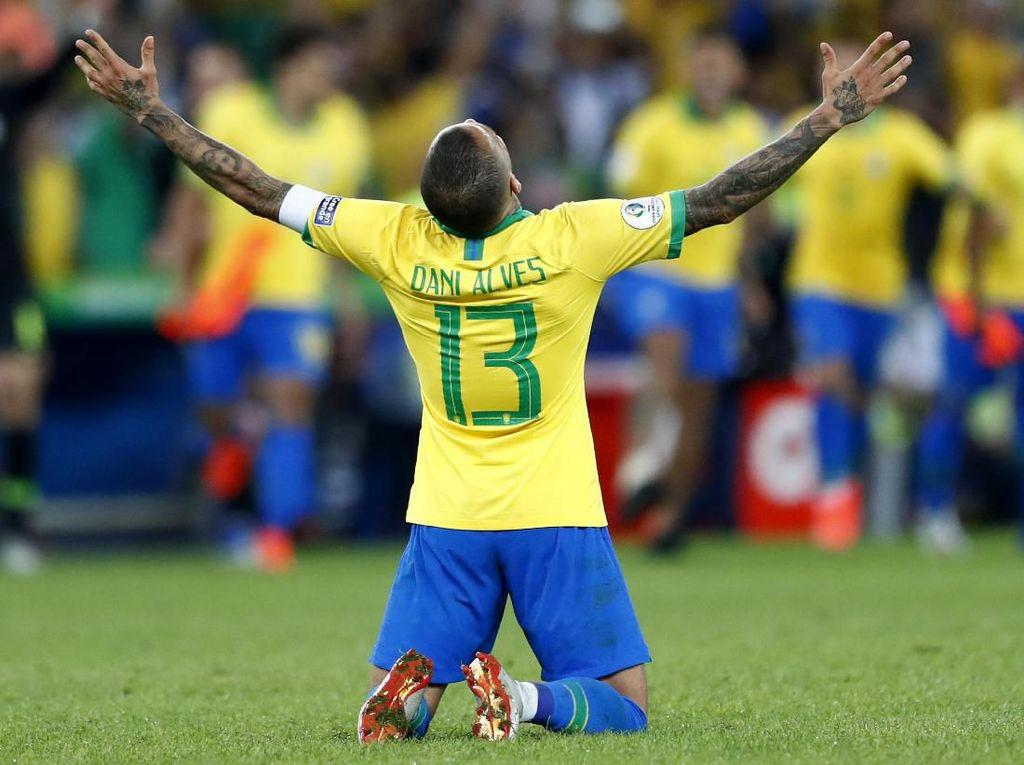 Respons Rumor Arsenal, Alves: Klub yang Merekrutku Akan Dapatkan Juara Sejati
