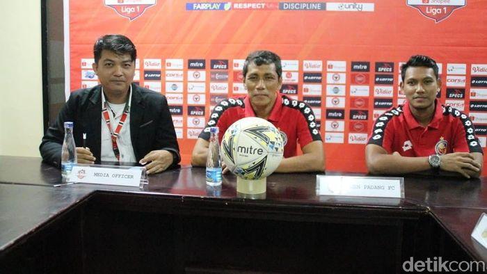 Welliansyah, caretaker Semen Padang FC (tengah) (Jeka Kampai/detikSport)