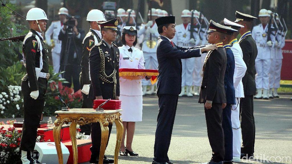 Momen Jokowi Lantik Perwira TNI-Polri di Istana Merdeka