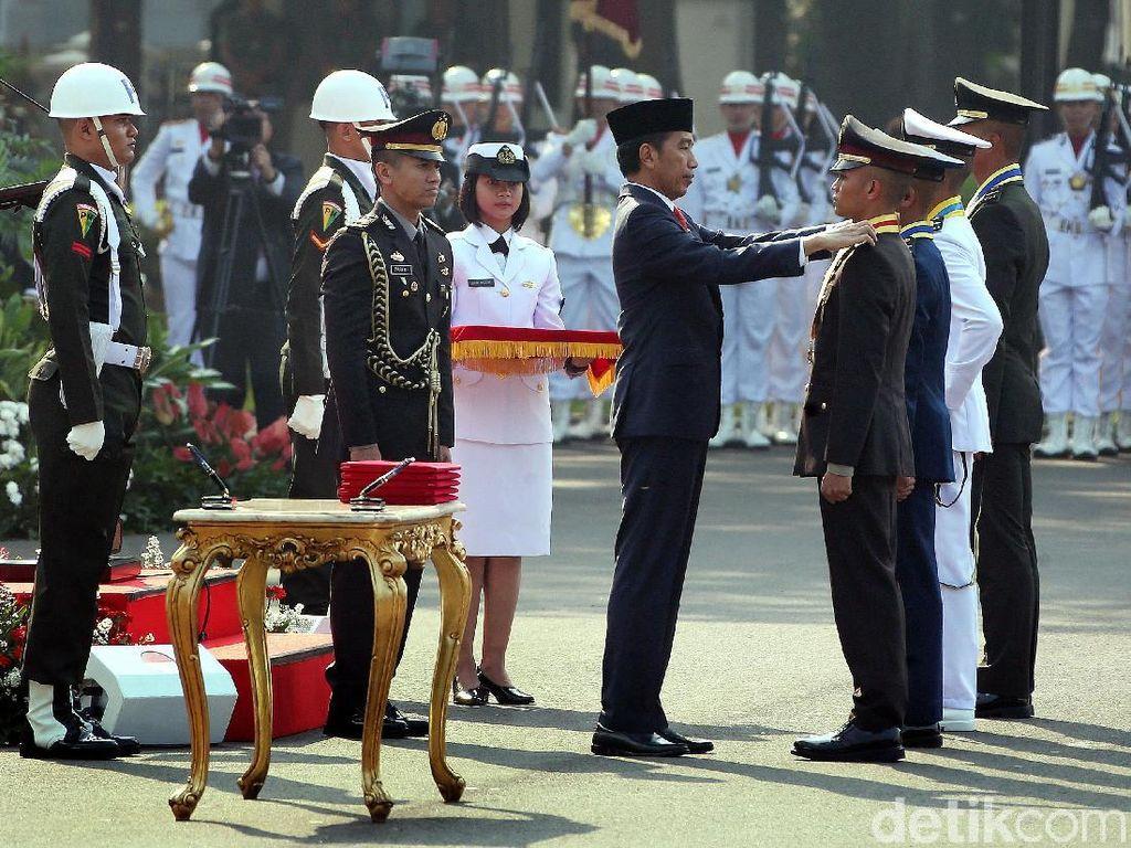 Lantik Perwira TNI-Polri, Jokowi: Jangan Kecewakan Orang Tua-Negara