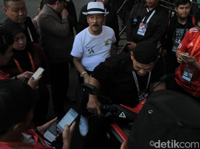 Manajer Persib Bandung, Umuh Muchtar, di Stadion Si Jalak Harupat sebelum melawan Kalteng Putra. (Foto: Wisma Putra/detikcom)