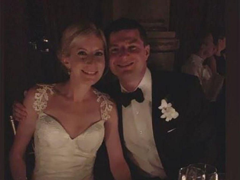 Gedung Mati Lampu, Pasangan Ini Menikah Disenteri Handphone Para Tamu
