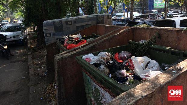Buntut perseteruan, Pemkot Tangerang mencabut layanan publik di kompleks perkantoran Kemenkumham, seperti pengangkutan sampah, perbaikan drainase dan penerangan jalan.