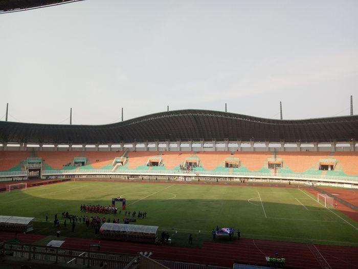 hanya sedikit suporter Persija Jakarta yang mendatangi stadion Pakansari, dalam laga melawan Tira Persikabo