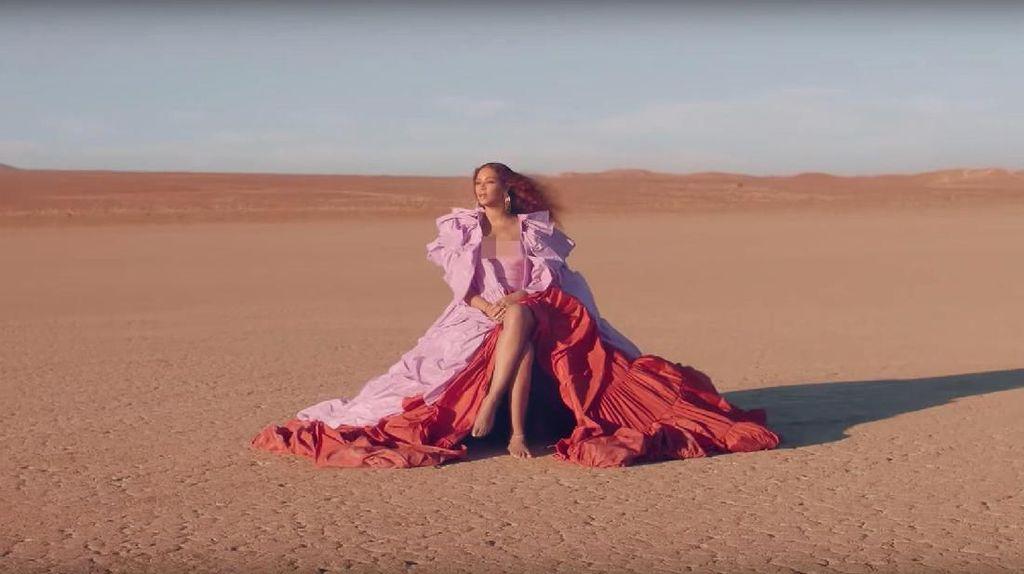 Foto: 9 Gaya Seksi Beyonce di Video Klip Spirit dari The Lion King