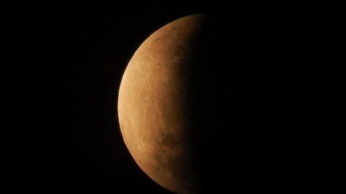 Puncak gerhana bulan sebagian atau parsial sekitar pukul 04:30 WIB terlihat dari Bekasi, Jawa Barat, Rabu (17/7/19). Durasi gerhana bulan sebagian ini dapat diamati selama dua jam dan 58,8 menit dari fase awal hingga fase akhir. ANTARA FOTO/Paramayuda/wsj.