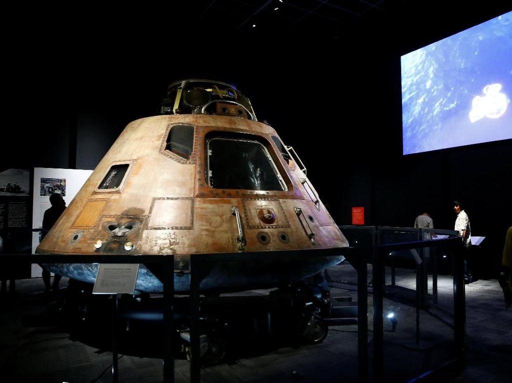 Pesawat Hingga Sarung Tangan Jadi Saksi Pendaratan di Bulan