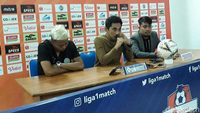 Pelatih PSS Sleman Seto Nurdiantoro memberi keterangan pers usai timnya kalah 1-3 dari PSIS Semarang. (Foto: Ristu Hanafi/detikSport)