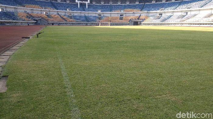 Wali Kota dan Wakil Wali Kota Bandung tinjau kerusakan di Stadion GBLA.