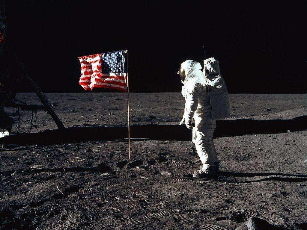 Barang-barang Aneh yang Dibawa Astronaut ke Bulan