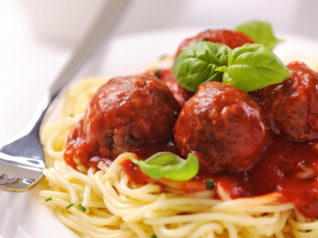 Viral! Makan Spaghetti Langsung di Atas Meja Ala TikTok