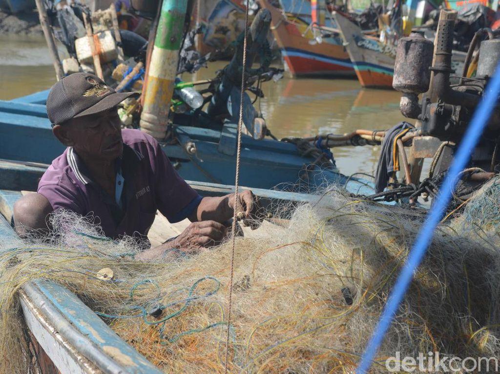 Cuaca Buruk, Nelayan Cirebon Pilih Perbaiki Jaring dan Tak Melaut