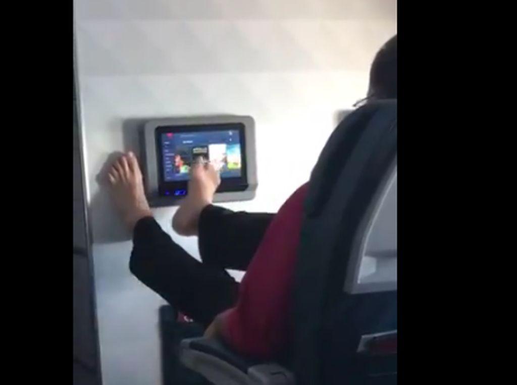 Viral! Penumpang Geser Monitor Layar Sentuh di Pesawat Pakai Kaki