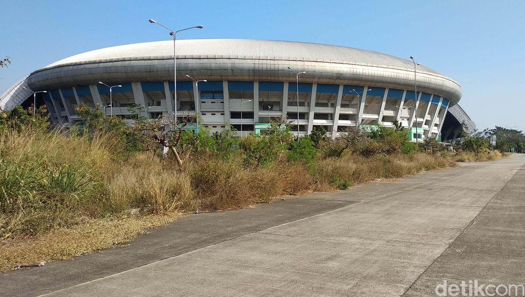 Stadion Gelora Bandung Lautan Api (GBLA) rusak terbengkalai. Begini kondisinya, Rabu (17/7).