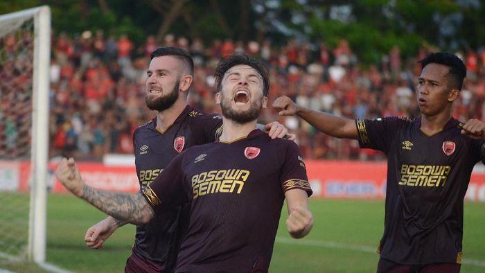 Pesepak bola PSM Makassar Marc Anthony Klok (tengah) bersama rekannya Aaron Michael Evans (kiri) dan M Rahmat (kanan) merayakan gol pada laga lanjutan Shopee Liga 1 2019 di Stadion Andi Mattalatta, Makassar, Sulawesi Selatan, Sabtu (13/7/2019). PSM Makassar menang atas Bhayangkara FC dengan skor 2-1. ANTARA FOTO/Sahrul Manda Tikupadang/foc.