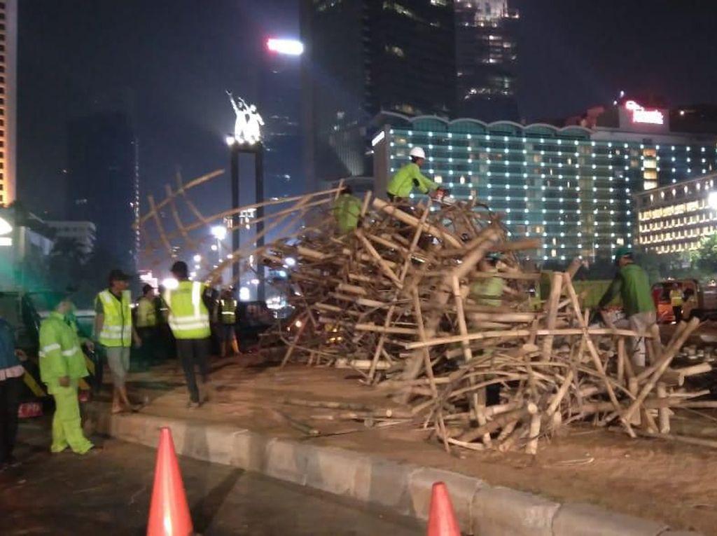 Bambu Getah Getih di Bundaran HI Dibongkar Petugas