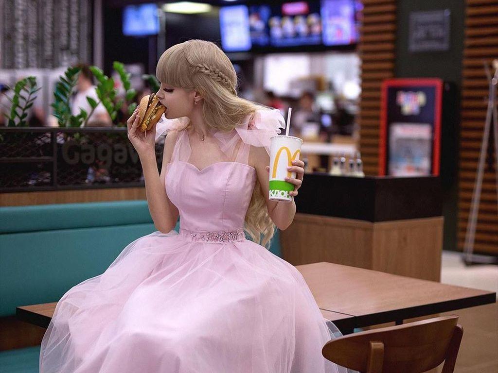 Ini Gaya Manis Model Angelica Kenova, Barbie Rusia yang Hobi Ngopi