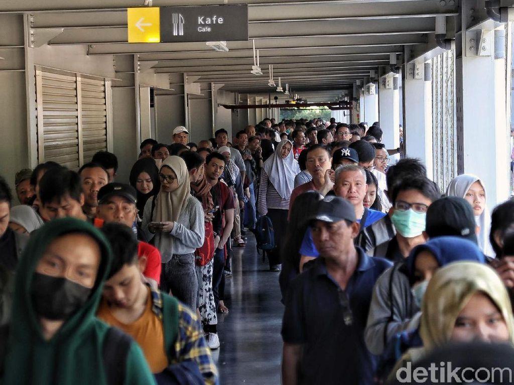 Antrean Panjang Penonton Demi Saksikan Indonesia Open Hari Ketiga