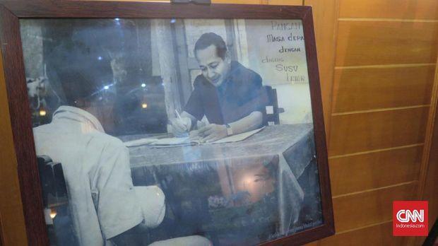 Pihak keluarga Presiden ke-2 RI Soeharto yang diwakili putri Soeharto, Siti Hardiyanti Rukmana alias Mbak Tutut menyerahkan sejumlah arsip kepada ANRI, di Gedung C, ANRI, Jakarta, Kamis (18/7).Arsip yang diserahkan pihak keluarga terdiri dari 19 roll microfilm yang berisi pidato Soeharto berikut dengan daftarnya, 10 roll microfilm pidato Ibu Tien Soeharto beserta daftar dan naskah pidatonya, 10 roll microfilm kumpulan risalah sidang kabinet periode tahun 1967–1998.Kemudian proklamasi integrasi Balibo, yang mendeskripsikan tekad rakyat Timor Timur untuk bersatu dengan Indonesia tahun 1976 beserta daftarnya, satu album foto yang terdiri dari 91 lembar foto yang merekam kegiatan Soeharto berikut compact disc-nya.