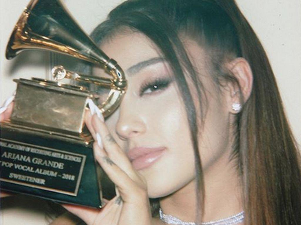 Yeay! Ariana Grande Senang Bisa Pegang Piala Grammy Pertamanya