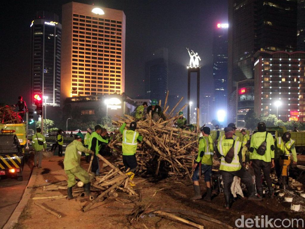 Pemprov DKI: Bambu Getah Getih di Bundaran HI Dibongkar karena Rapuh