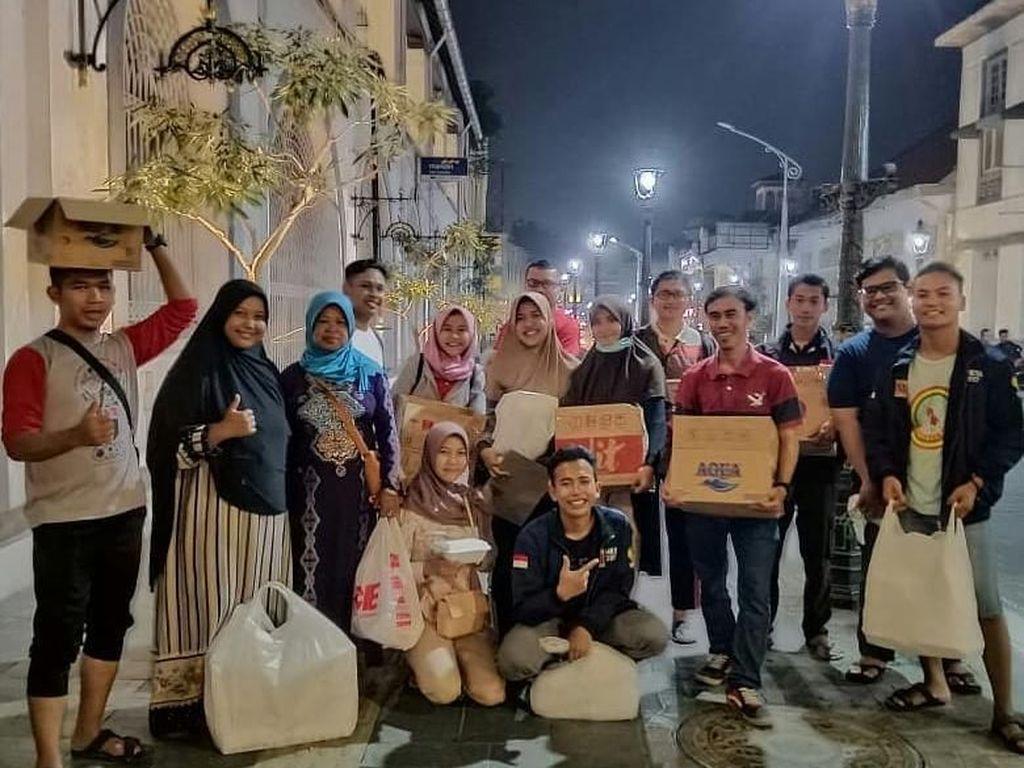 Salut! Komunitas Berbagi Nasi Ini Bagikan Makanan Gratis