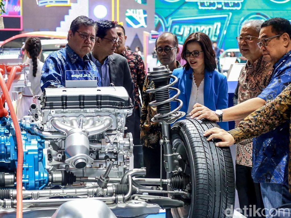 Menperin Airlangga Periksa Jeroan Mitsubishi Outlander PHEV