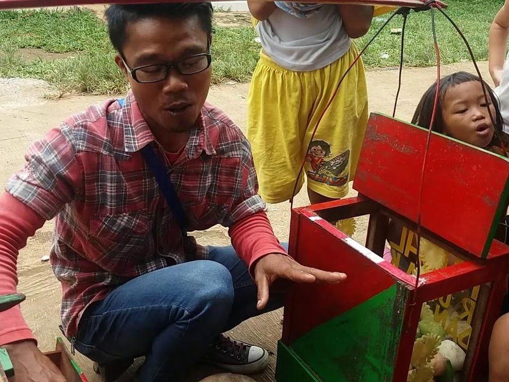 Punya Suara Merdu dan Jago Ngomong, Tukang Rujak Bebek Ini Jadi Viral