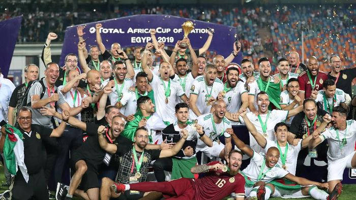 Soccer Football - Africa Cup of Nations 2019 - Final - Senegal v Algeria - Cairo International Stadium, Cairo, Egypt - July 19, 2019    Algerias Riyad Mahrez lifts the trophy as they celebrate winning the Africa Cup of Nations   REUTERS/Suhaib Salem     TPX IMAGES OF THE DAY