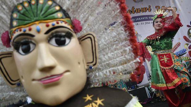 Seorang penari membawakan Tari Rempug saat Lebaran Betawi 2019 di lapangan silang Monumen Nasional (Monas), Jakarta, Sabtu (20/7/2019). Pemerintah Provinsi DKI Jakarta menggelar Lebaran Betawi 2019 yang ke-12 bertemakan