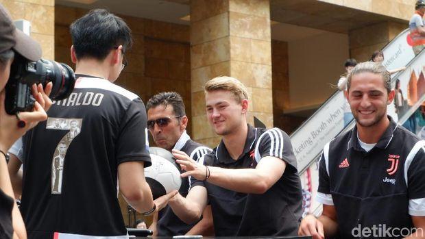Buffon dan De Ligt Hebohkan Juventini di Singapura