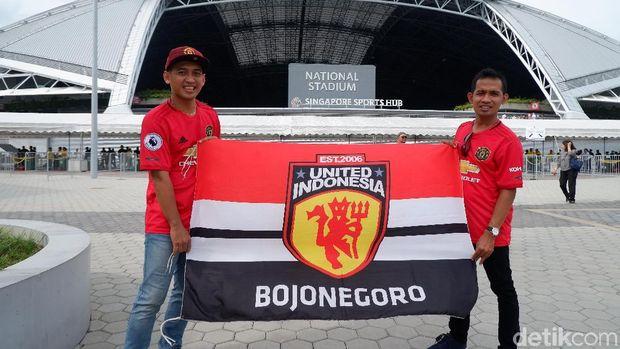 Fans dari Bojonegoro nonton Manchester United di Singapura.