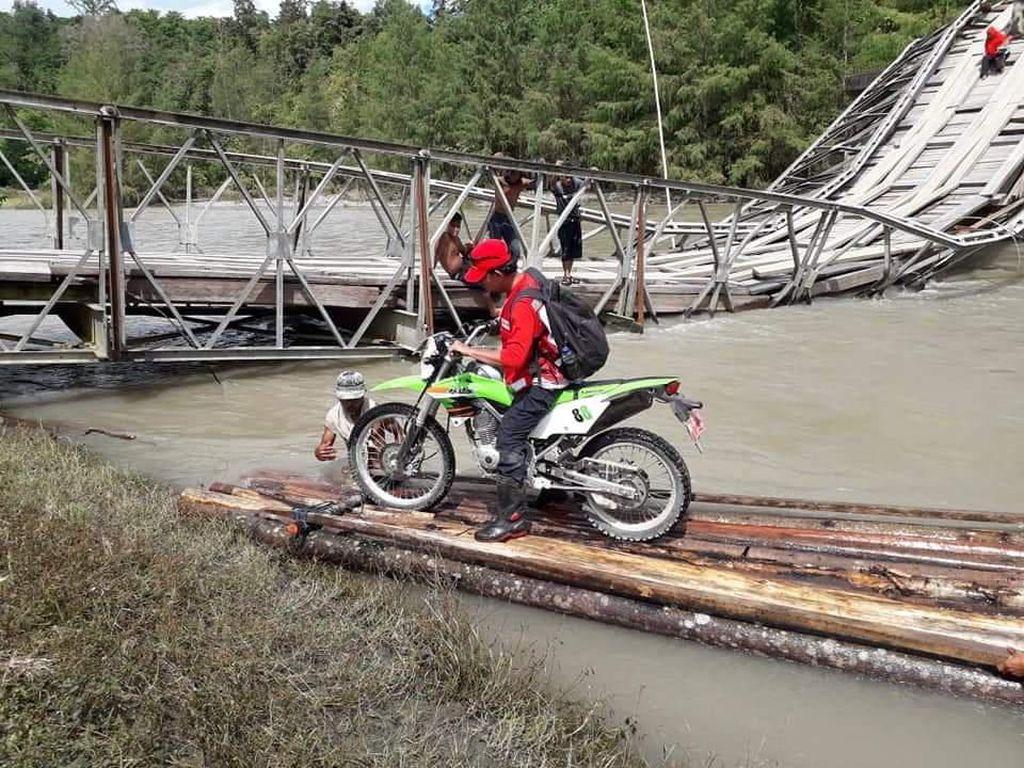 Jembatan Putus, Warga Banggai Bayar Rp 50 Ribu Naik Rakit Seberangi Sungai