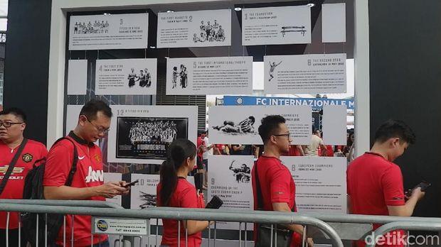 Antrean masuk ke dalam National Stadium, Singapura.