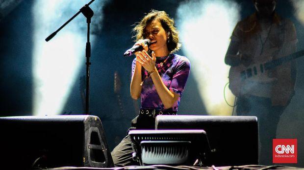 Solois Eva Celia tampil sebagai pembuka panggung utama We The Fest 2019 hari kedua, Sabtu (20/7). Kurang lebih ia tampil selama 45 menit membawakan lagu dari album pertama bertajuk And So It Begins (2016) dan album mini bertajuk Lifeline: Intoduction (2019)