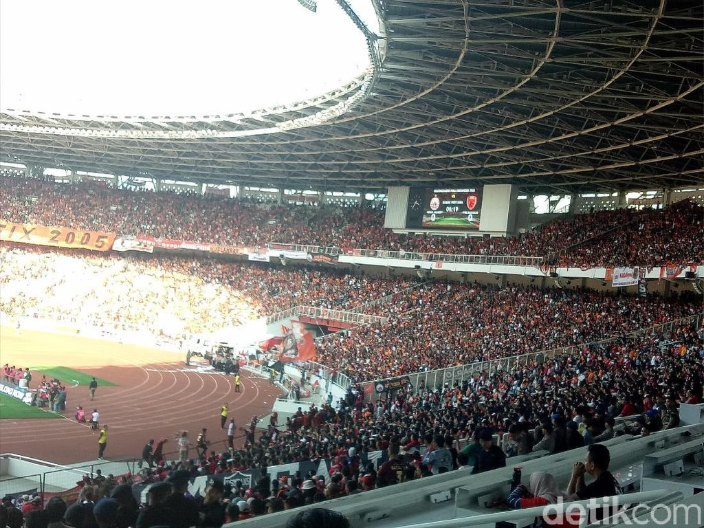 The Jakmania dan The Macz Man Adu Yel-yel di Stadion GBK