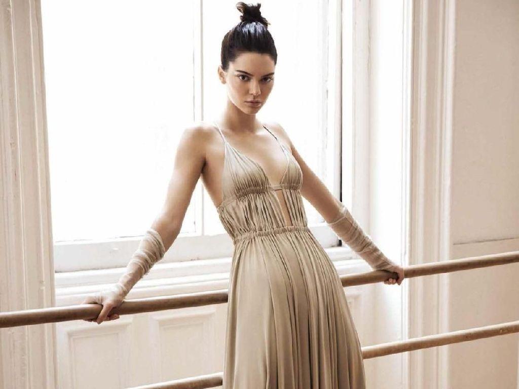 7 Pose Foto Kontroversial Kendall Jenner yang Bikin Heboh Jagat Internet